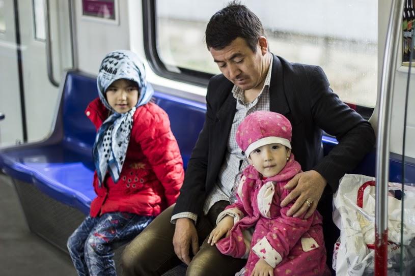 مهاجر افغانستاني و فرزندانش در متروي تهران